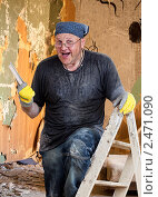 Купить «Пожилой весёлый рабочий», фото № 2471090, снято 17 июля 2018 г. (c) Marina Appel / Фотобанк Лори