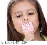 Купить «Девочка ест мороженое», фото № 2471526, снято 16 октября 2018 г. (c) Marina Appel / Фотобанк Лори