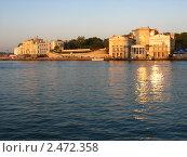 Вид на Приморский бульвар через Артиллерийскую бухту. Севастополь (2007 год). Редакционное фото, фотограф Антон Кунихин / Фотобанк Лори