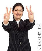 Купить «Успешная деловая женщина показывает знак победы», фото № 2474114, снято 17 июля 2018 г. (c) Marina Appel / Фотобанк Лори
