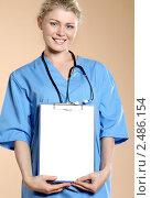 Медицинский работник с бланками в руках. Стоковое фото, фотограф ingret (Ира Бачинская) / Фотобанк Лори