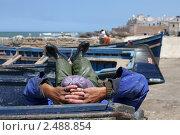 Купить «Марокко. Эссувейра. Отдых рыбака. Фокус на рыбаке», фото № 2488854, снято 11 мая 2009 г. (c) Gagara / Фотобанк Лори