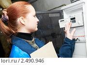 Купить «Девушка-инженер снимает показания с приборов учета», фото № 2490946, снято 14 июля 2018 г. (c) Дмитрий Калиновский / Фотобанк Лори