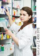 Купить «Фармацевт», фото № 2490978, снято 16 декабря 2018 г. (c) Дмитрий Калиновский / Фотобанк Лори