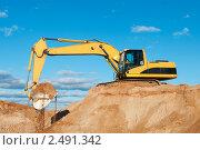 Купить «Экскаватор в песчаном карьере», фото № 2491342, снято 4 октября 2018 г. (c) Дмитрий Калиновский / Фотобанк Лори