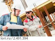 Купить «Инженеры-строители на рабочей площадке», фото № 2491394, снято 21 ноября 2019 г. (c) Дмитрий Калиновский / Фотобанк Лори