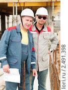 Купить «Инженеры-строители на рабочей площадке», фото № 2491398, снято 17 ноября 2019 г. (c) Дмитрий Калиновский / Фотобанк Лори