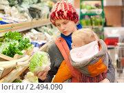 Купить «Мама с ребенком делают покупки в супермаркете», фото № 2494090, снято 29 октября 2010 г. (c) Бурков Андрей / Фотобанк Лори