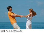 Счастливые мужчина и женщина на фоне моря. Стоковое фото, фотограф Иван Полушкин / Фотобанк Лори