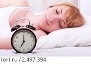 Девушка спит в постели с будильником. Стоковое фото, фотограф Дмитрий Рогатнев / Фотобанк Лори