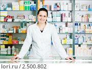 Купить «Фармацевт в аптеке», фото № 2500802, снято 10 декабря 2018 г. (c) Дмитрий Калиновский / Фотобанк Лори