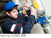 Купить «Инженер в котельной», фото № 2501398, снято 22 октября 2018 г. (c) Дмитрий Калиновский / Фотобанк Лори