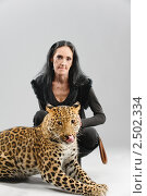 Купить «Пожилая женщина и пятнистый леопард позируют в студии», фото № 2502334, снято 10 ноября 2010 г. (c) BestPhotoStudio / Фотобанк Лори