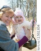 Портрет молодой мамы с маленькой девочкой на прогулке. Стоковое фото, фотограф Виктория Кириллова / Фотобанк Лори