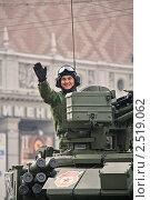 Купить «Улыбающийся танкист во время подготовки к параду», фото № 2519062, снято 7 мая 2011 г. (c) Владимир Сергеев / Фотобанк Лори
