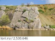 Купить «Уходящая в воду скала на реке Калитва», фото № 2530646, снято 1 мая 2011 г. (c) Борис Панасюк / Фотобанк Лори