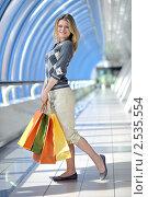 Счастливая женщина с покупками в торговом центре. Стоковое фото, фотограф ingret (Ира Бачинская) / Фотобанк Лори