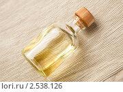 Купить «Пузырёк с ароматическим маслом», фото № 2538126, снято 22 февраля 2011 г. (c) Фрибус Екатерина / Фотобанк Лори