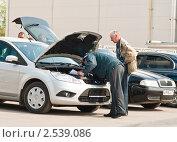Купить «Инспектор ГИБДД осматривает двигатель», эксклюзивное фото № 2539086, снято 10 мая 2011 г. (c) Игорь Низов / Фотобанк Лори