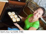 Купить «Женщина готовит фаршированный кабачок», фото № 2539746, снято 20 ноября 2010 г. (c) Яков Филимонов / Фотобанк Лори