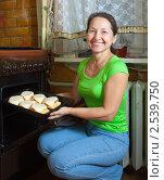 Купить «Женщина готовит фаршированный кабачок», фото № 2539750, снято 20 ноября 2010 г. (c) Яков Филимонов / Фотобанк Лори