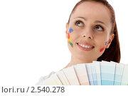 Купить «Молодая женщина с палитрой на белом фоне. Дизайнер интерьера.», фото № 2540278, снято 17 мая 2011 г. (c) Мельников Дмитрий / Фотобанк Лори