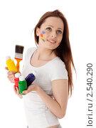 Купить «Молодая женщина с красками и кистью на белом фоне. Дизайнер интерьера.», фото № 2540290, снято 17 мая 2011 г. (c) Мельников Дмитрий / Фотобанк Лори