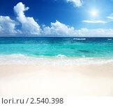Купить «Пляж и синее море», фото № 2540398, снято 16 июня 2019 г. (c) Iakov Kalinin / Фотобанк Лори