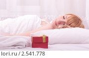 Подарок перед спящей девушкой. Стоковое фото, фотограф Дмитрий Рогатнев / Фотобанк Лори