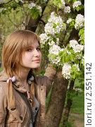 Купить «Юная девочка возле цветущей яблони. Весеннее настроение», фото № 2551142, снято 8 мая 2011 г. (c) Павел Кричевцов / Фотобанк Лори