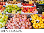 Купить «Фрукты и овощи на рынке», фото № 2553690, снято 7 апреля 2011 г. (c) Яков Филимонов / Фотобанк Лори
