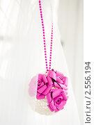 Купить «Свадебный декор. Подвеска, украшенная цветами», фото № 2556194, снято 25 сентября 2010 г. (c) Фадеева Марина / Фотобанк Лори