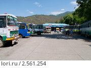 Автобусная станция в городе Дхарамсала. Северная Индия (2011 год). Редакционное фото, фотограф Виктор Карасев / Фотобанк Лори