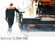 Купить «Рабочий следит за укладкой асфальта», фото № 2564186, снято 16 февраля 2019 г. (c) Дмитрий Калиновский / Фотобанк Лори