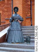 Купить «Скульптура дамы с собачкой около драматического театра в Могилеве, Беларусь», фото № 2566426, снято 23 апреля 2011 г. (c) Михаил Марковский / Фотобанк Лори