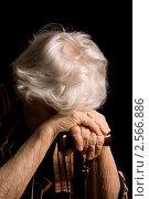 Купить «Грустная пожилая женщина с тростью», фото № 2566886, снято 18 февраля 2018 г. (c) Воронин Владимир Сергеевич / Фотобанк Лори