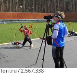 Купить «Девушка-биатлонистка наблюдает за подругой по команде», эксклюзивное фото № 2567338, снято 26 мая 2011 г. (c) Анатолий Матвейчук / Фотобанк Лори