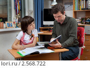 Купить «Папа и дочка делают уроки», фото № 2568722, снято 18 мая 2011 г. (c) Михаил Иванов / Фотобанк Лори