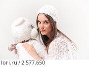 Купить «Девушка в белом с белым плюшевым мишкой», фото № 2577650, снято 4 мая 2011 г. (c) Алёшина Оксана / Фотобанк Лори
