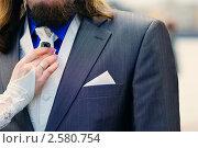 Купить «Рука невесты поправляет галстук жениху», фото № 2580754, снято 7 мая 2010 г. (c) Иванова Марина / Фотобанк Лори