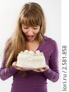 Купить «Девушка с тортом», фото № 2581858, снято 10 сентября 2010 г. (c) Никита Буйда / Фотобанк Лори