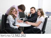 Купить «Молодая бизнес-команда проводит мозговой штурм», фото № 2582262, снято 8 ноября 2009 г. (c) Сергей Буторин / Фотобанк Лори