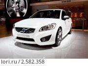 Купить «Белый автомобиль Volvo c30», фото № 2582358, снято 25 августа 2010 г. (c) Александр Косарев / Фотобанк Лори