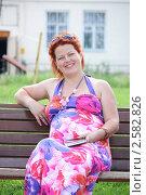 Купить «Счастливая беременная женщина старше тридцати пяти с книгой на свежем воздухе», фото № 2582826, снято 3 июня 2011 г. (c) Оксана Лычева / Фотобанк Лори