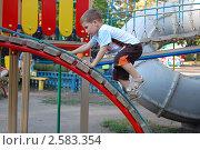 Купить «Мальчик,играющий в детском городке», фото № 2583354, снято 3 июня 2011 г. (c) Елена Гордеева / Фотобанк Лори