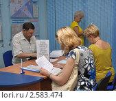Люди заполняют анкеты в центре занятости населения (2011 год). Редакционное фото, фотограф Анна Мартынова / Фотобанк Лори