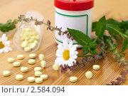 Купить «Баночка с таблетками и лекарственные растения», фото № 2584094, снято 17 июля 2018 г. (c) Marina Appel / Фотобанк Лори