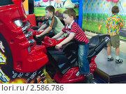 Купить «Дети играют в зале игровых автоматов», фото № 2586786, снято 22 мая 2011 г. (c) Сергей Лаврентьев / Фотобанк Лори