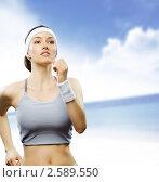 Купить «Девушки занимается спортом на фоне неба», фото № 2589550, снято 21 марта 2011 г. (c) Константин Юганов / Фотобанк Лори