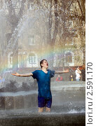 Молодой человек в фонтане. Стоковое фото, фотограф Татьяна Белова / Фотобанк Лори
